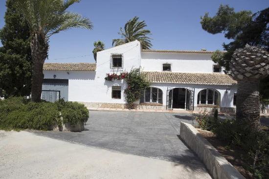Fachada principal de la casa Marques Aguila Rent a Villas