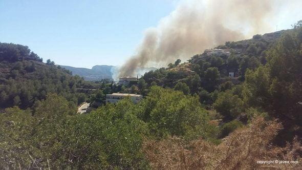 Columna de humo del incendio