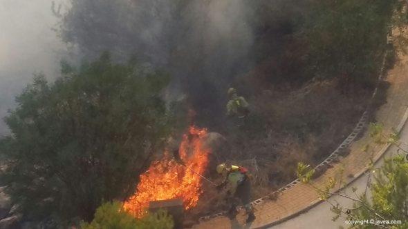 Brigadas forestales luchando con las llamas