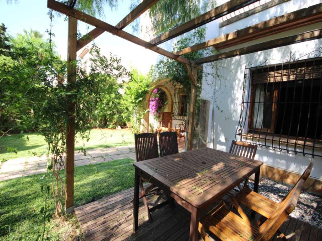 Jard n privado de la casa atina inmobiliaria for Inmobiliaria jardines