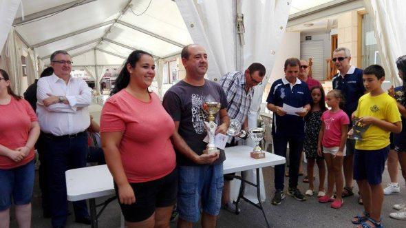Manolo González con su trofeo de mejor comarcal