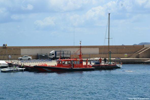 Patera remolcada por Salvamento Maritimo