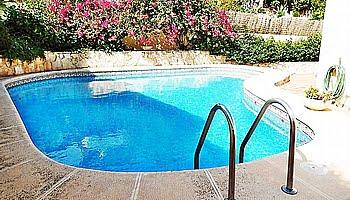 La piscina privada de la vivienda del Puchol Marinabay Homes