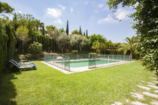 Piscina y jardin de la casa dragonfly aguila Rent a Villa