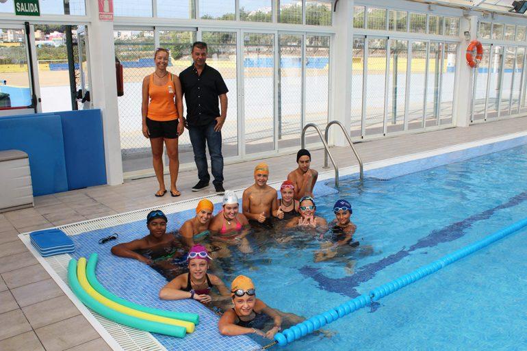 Toni Colomer junto a los niños en la piscina