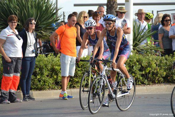 Ana Gomis y Sandra Rey sobre sus bicicletas