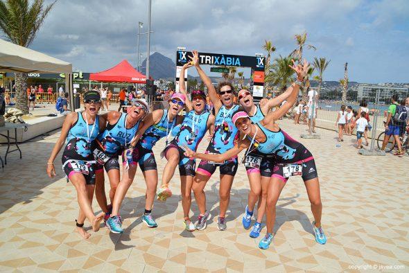 Buen humor de las triatletas de Antella