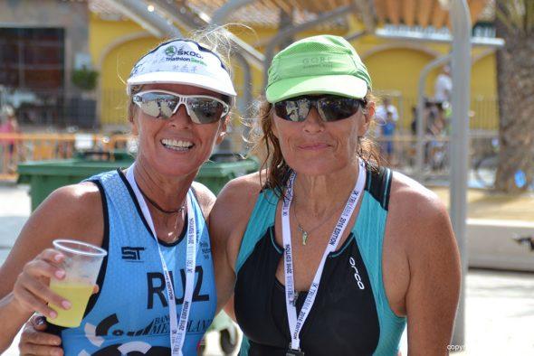 Dos triatletas tras cruzar la meta