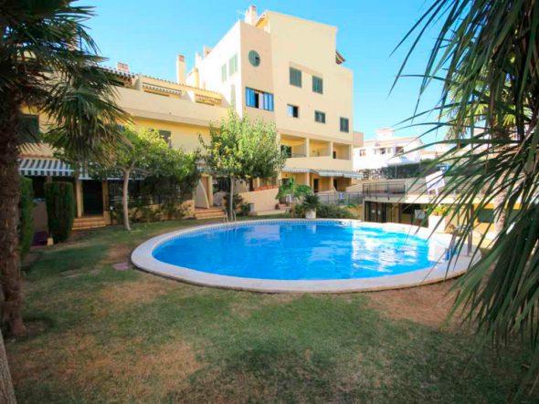 Fachada y jardín apartamento duplex Atina Inmobiliaria