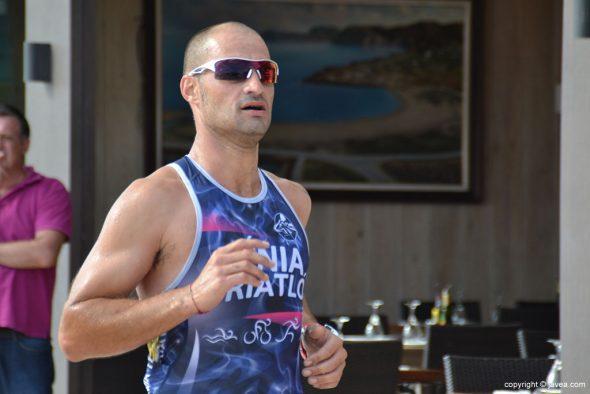 Marcelo Moreno corriendo