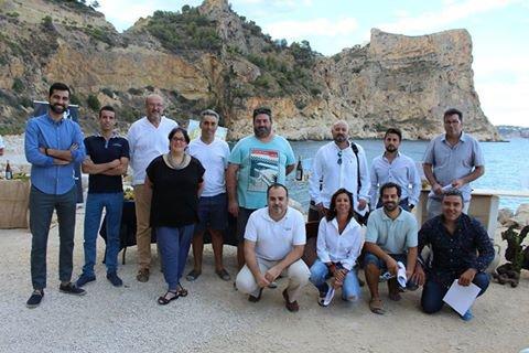 El grupo de participantes junto al jurado