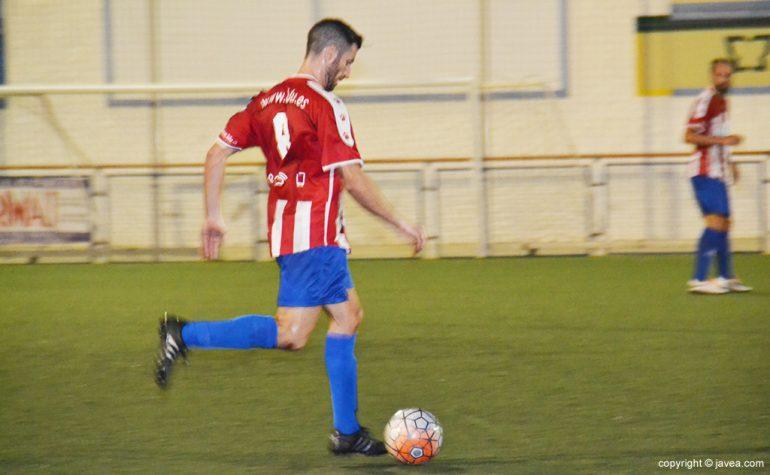 Pau jugando un balón duante un partido de pretemporada