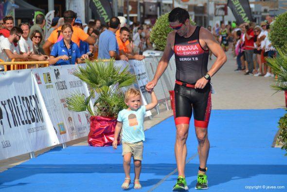 Sergio Torres con su hijo entrando en meta
