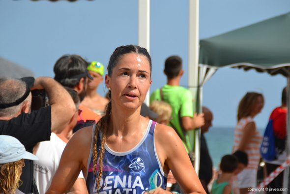Triatleta del Dénia Triatló saliendo del mar