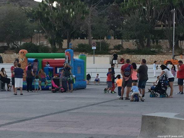 Los niños disfrutaron en la zona infantil