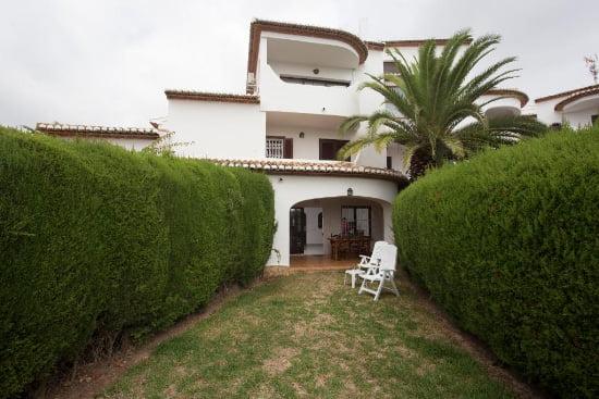 Casa Manola entrada y jardín Aguila Rent a Villa