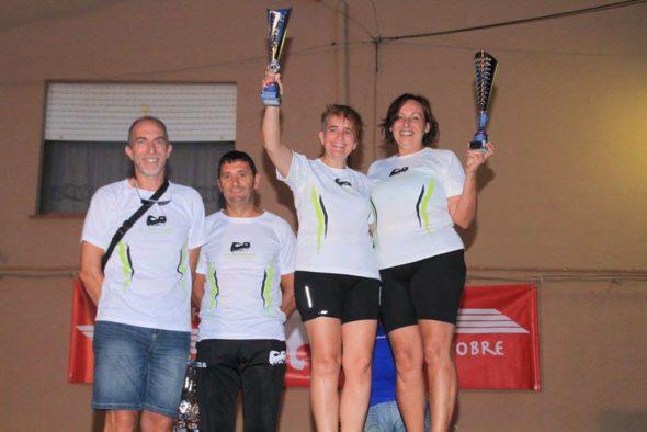 Dos atletas del CA Llebeig Xàbia con sus trofeos
