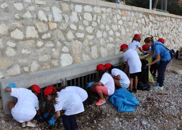 Escolares del Port Xàbia limpian la playa