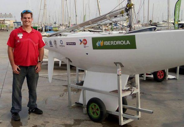 Rafael Andarias junto a su barco