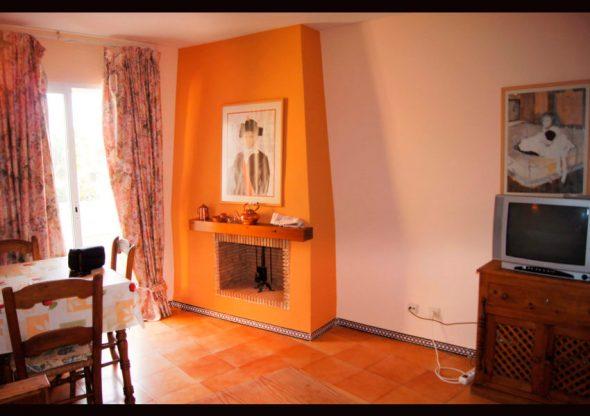 Sala de estar con chimenea Javea Houses Inmobiliaria