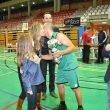 La hermana de Miguel Buigues entregando el trofeo