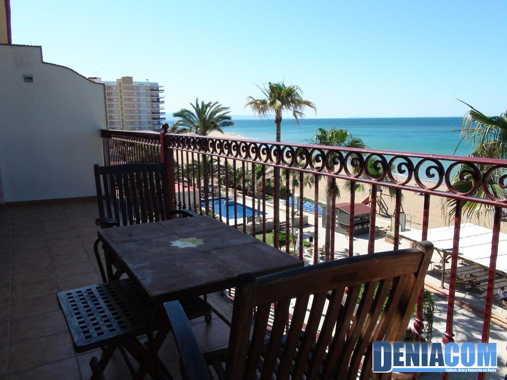 Terraza-con-vistas-al-mar-en-el-Hotel-Los-Ángeles