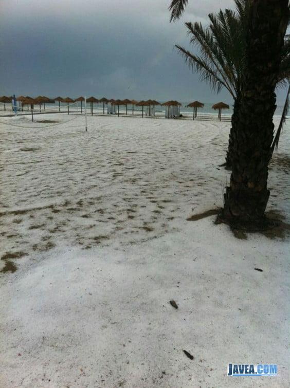 El Arenal se cubre de granizo tras la tormenta de esta tarde en Javea
