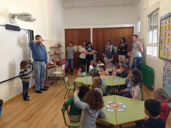 El profesor Artal enseña inglés a los alumnos del colegio Graüll de Jávea 01
