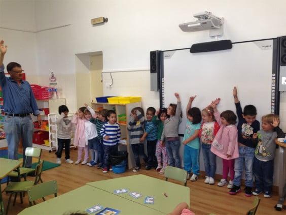 El profesor Artal enseña inglés a los alumnos del colegio Graüll de Jávea 02