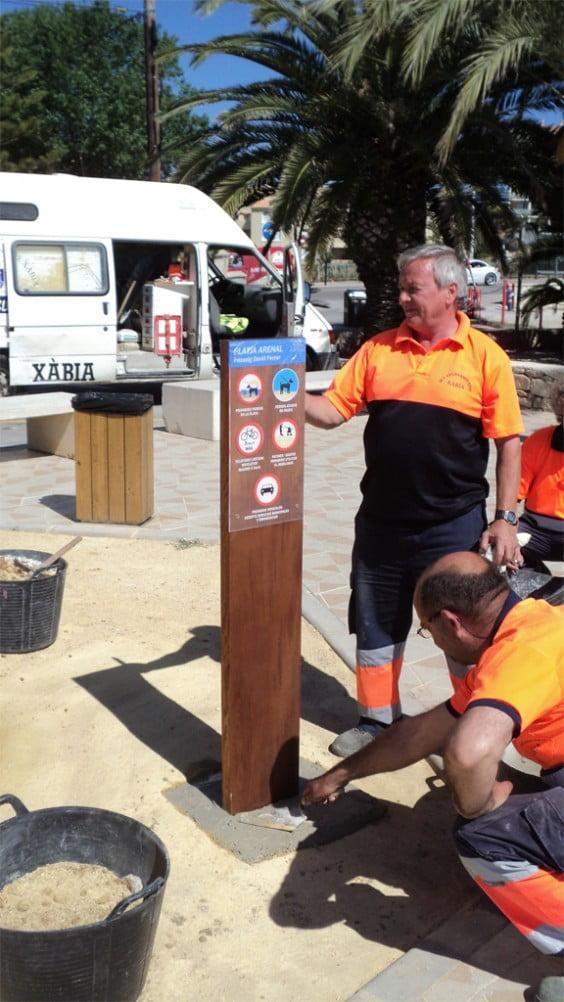 Instalación de la señalización de la nueva normativa del Arenal de Jávea