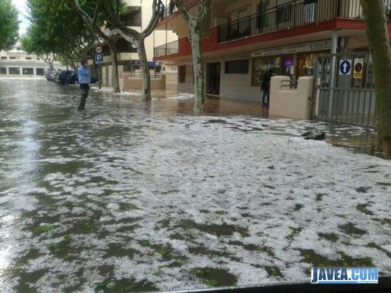 Las calles de Javea se llenan de granizo