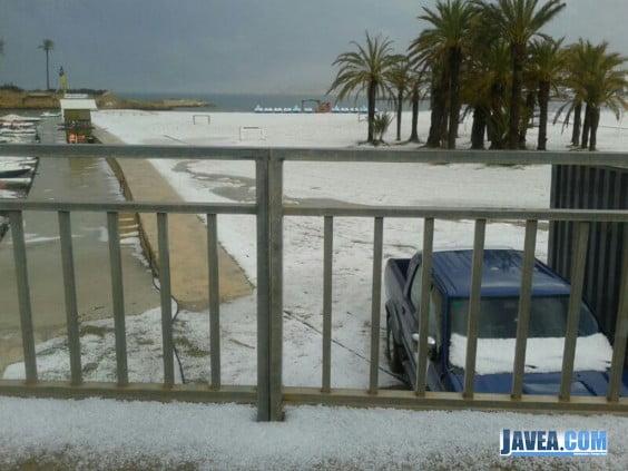 Playa del Arenal de Javea, cubierta de granizo