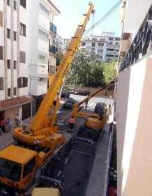 Una grua elevadora cae en Jávea