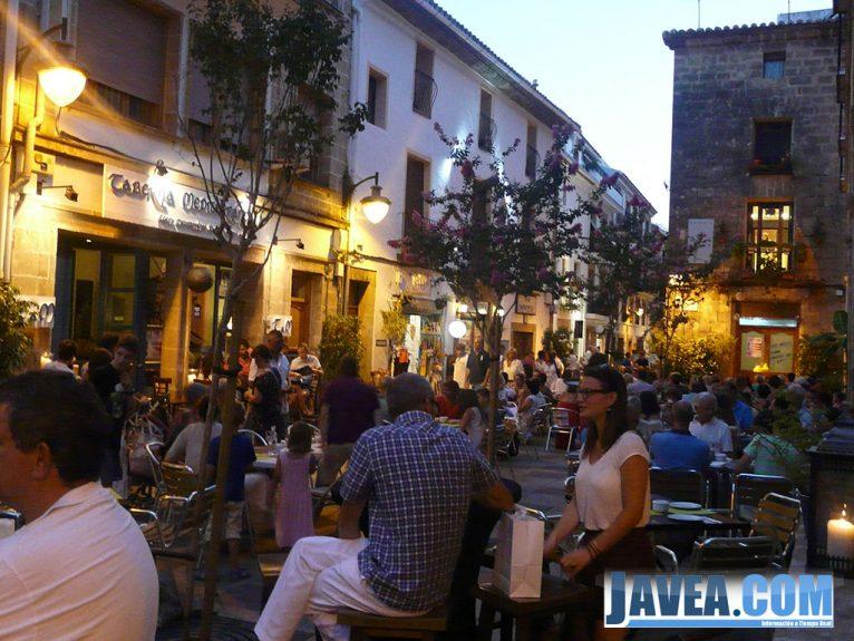 La gente ha aprovechado para realizar sus compras y pasear por el casco antiguo durante la shopping night