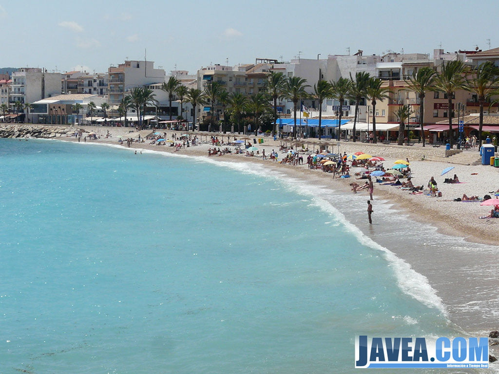 La playa de la grava fue una de las más afectadas por  bancos de pequeñas medusas marrones.
