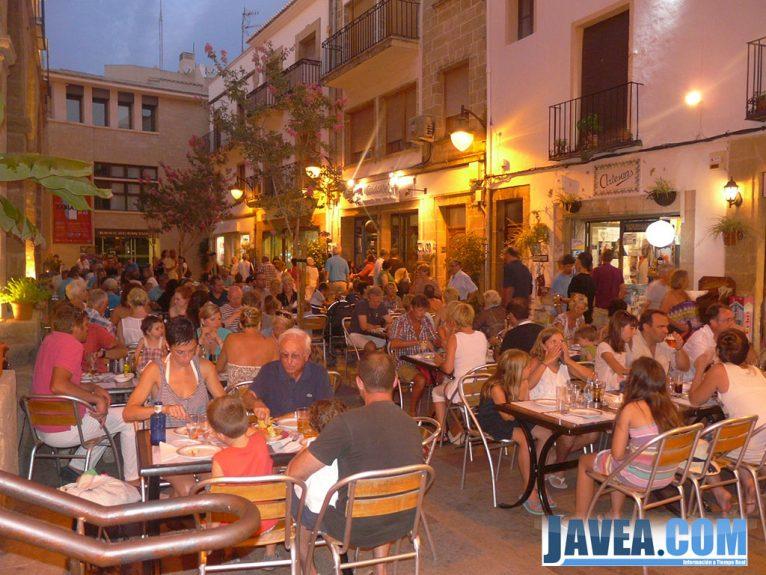 Las terrazas de los bares se han llenado de gente durante la shopping night
