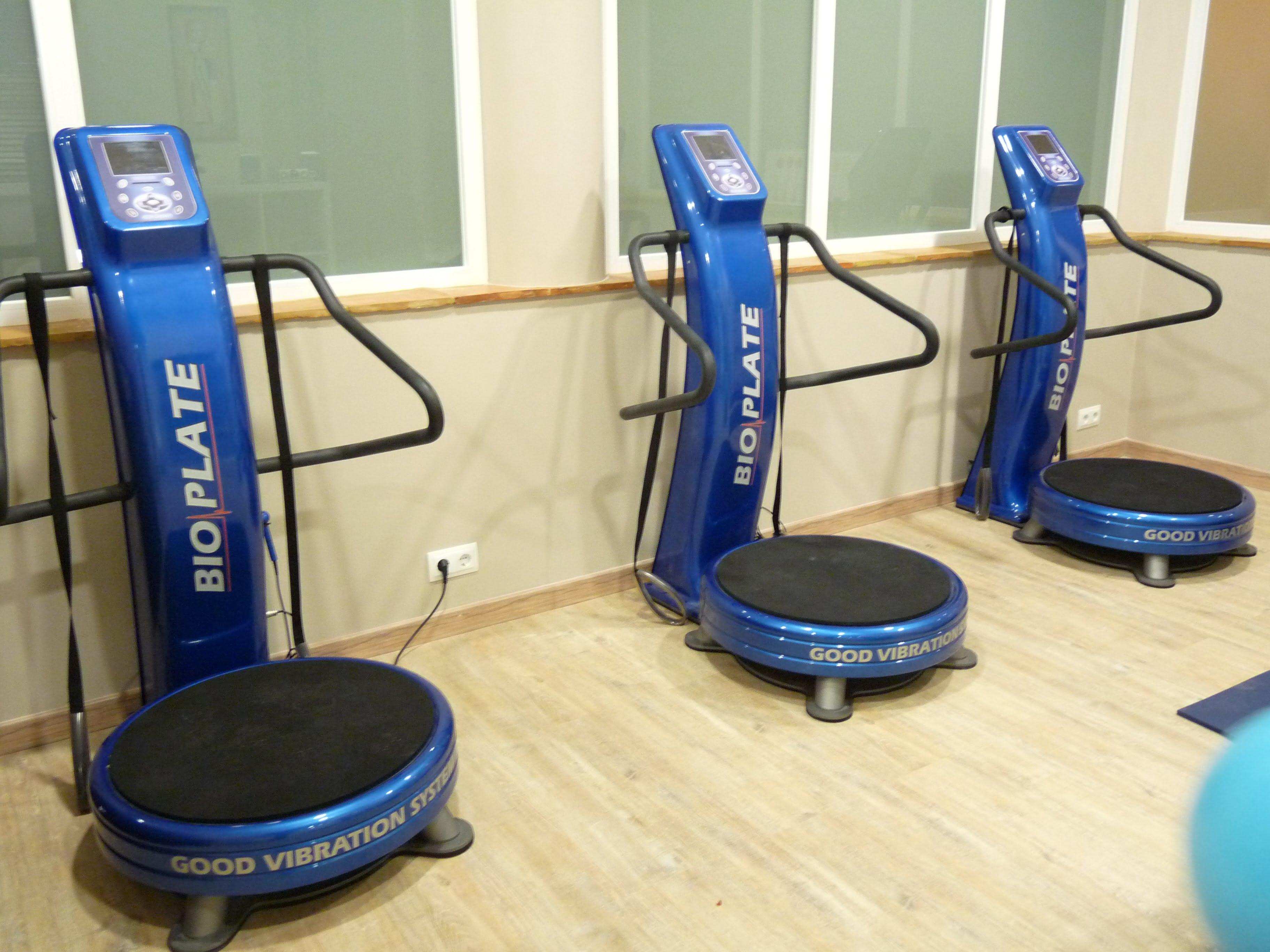 Jávea Cume centro policlínica com atividades para cuidados físicos, como sala de Bio plataformas de placa vibratória
