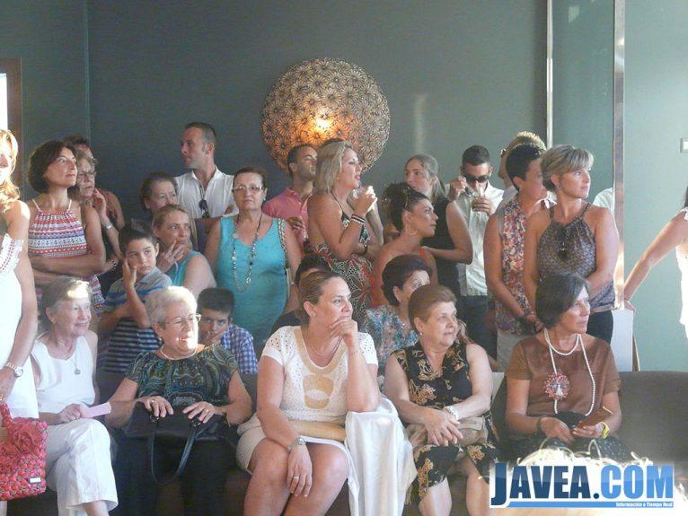 Representantes del Ayuntamiento de Jávea durante el desfile benéfico de la AECC