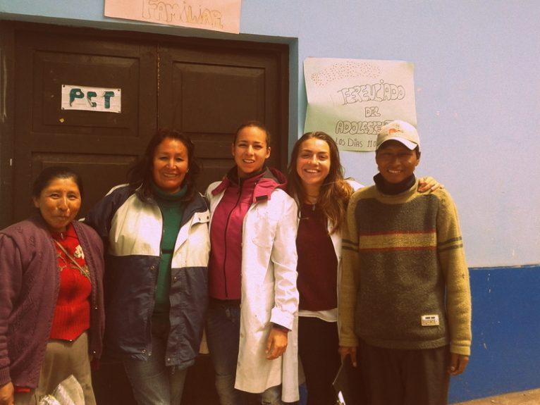 Rosana y su compañera con un paciente y las enfermeras