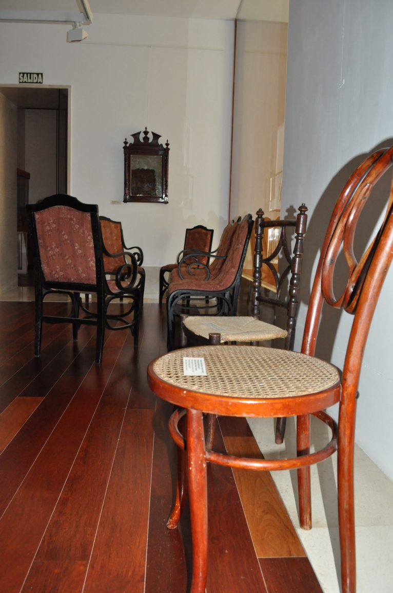 Mobiliario de la exposición de muebles tradicionales.