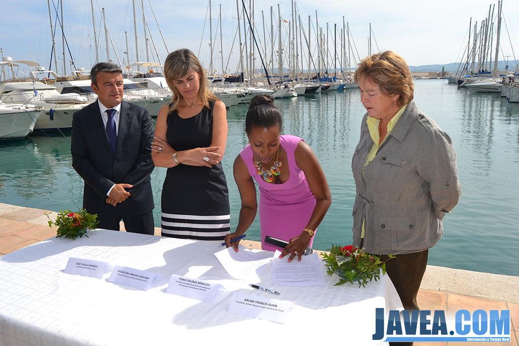 La presidenta de MEJ firmando el convenio