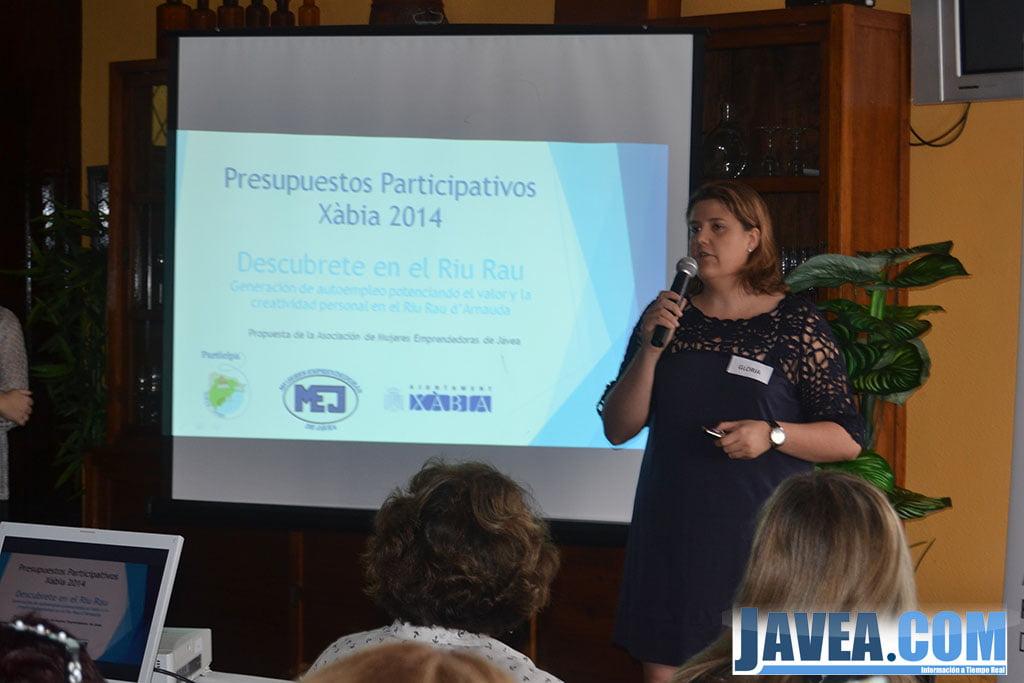 Miembro del comité de MEJ presentando la propuesta en los presupuestos participativos