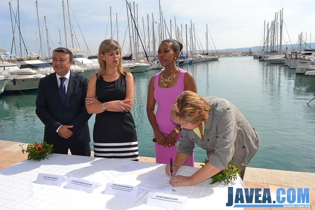 Vicepresidenta de AEPA firmando el convenio