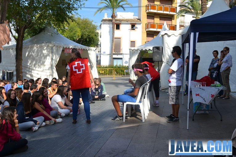 Miembros de la Cruz Roja realizando una de las actividades