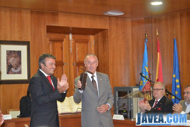 Francesc Reus recogiendo el premio 9 d'octubre vila de Xàbia junto con el alcalde José Chulvi
