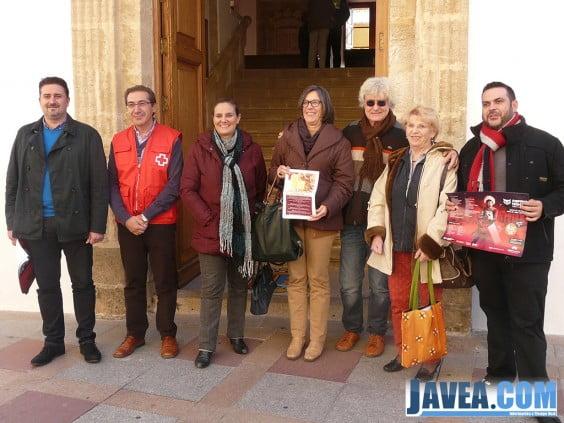 Juan Luís Cardona, Tere Bisquert y Empar Bolufer con los representantes de las diferentes asociaciones colaboradoras.
