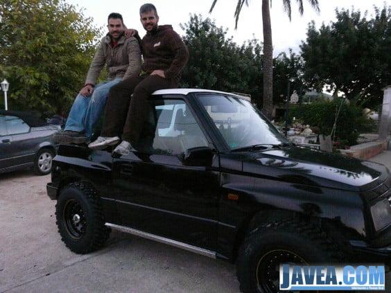 Los javienses con el coche con el que participarán en el rally