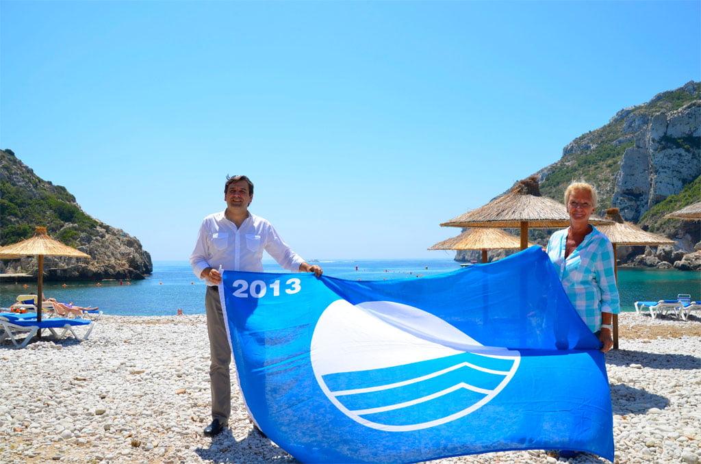 Bandera azul en la playa de la Granadella de Jávea
