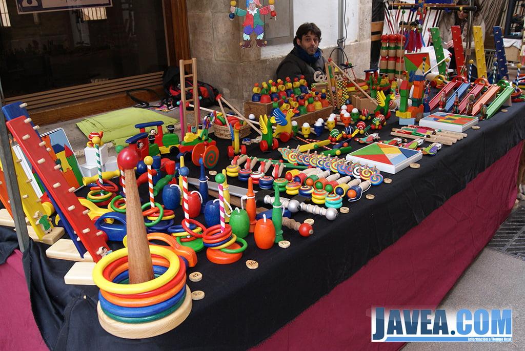 Juguetes tradicionales en la feria de Navidad de Jávea.