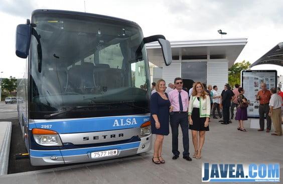 La edil de transportes Tere Bisquert junto con miembros de Alsa el día de la inauguración de autobuses de Jávea